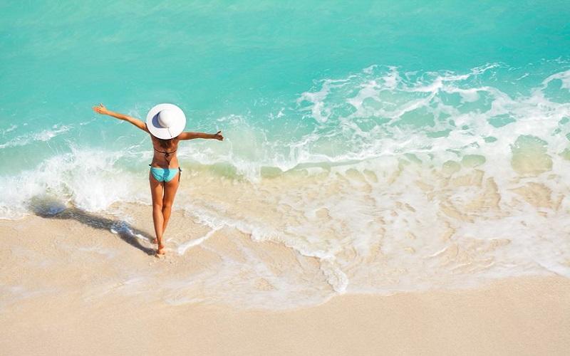 Urlauberin in der Karibik am Sandstrand