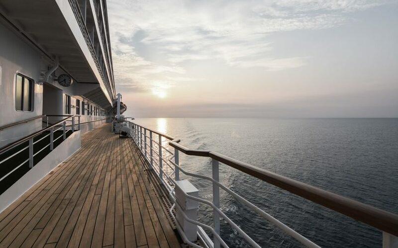 Backbordseite einer Schiffsreling mit Blick aufs Meer