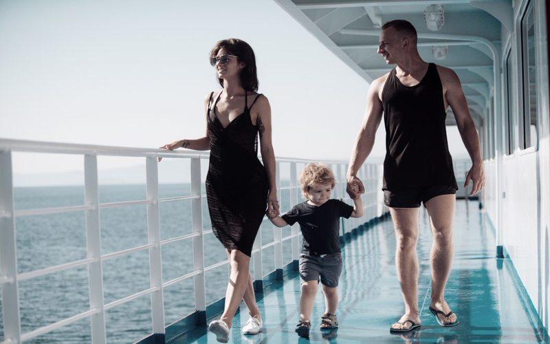 Familie mit Kind auf Kreuzfahrtschiff