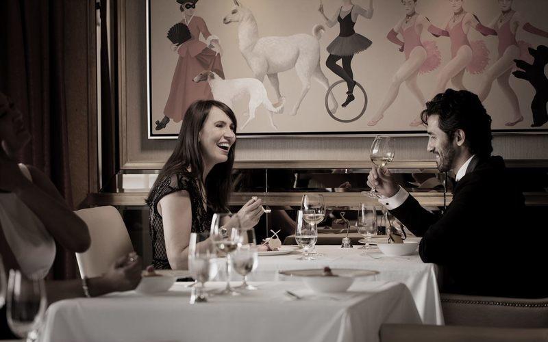 Mann und Frau beim fröhlichen Dinner