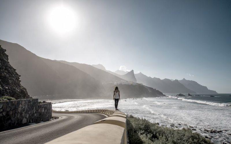 Frau spaziert an Strandpromenade