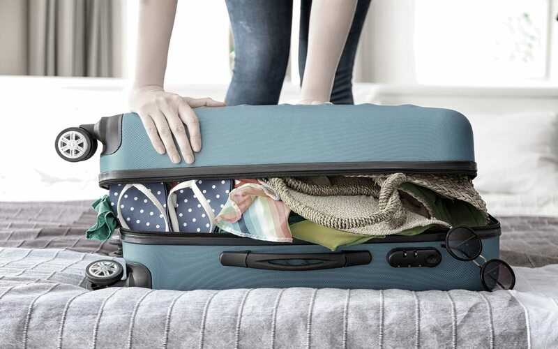 Gepackter Koffer vor Antritt der Kreuzfahrt