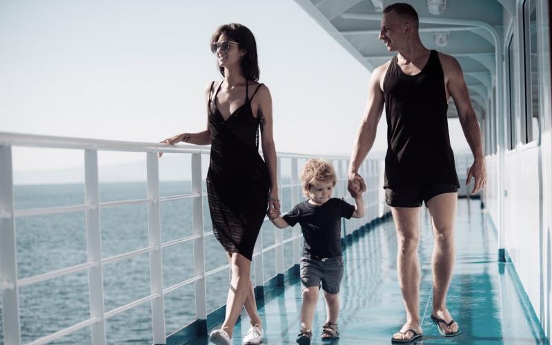 Kreuzfahrttyp Familie - Mutter, Vater und Kind zufrieden beim Spazieren an Deck