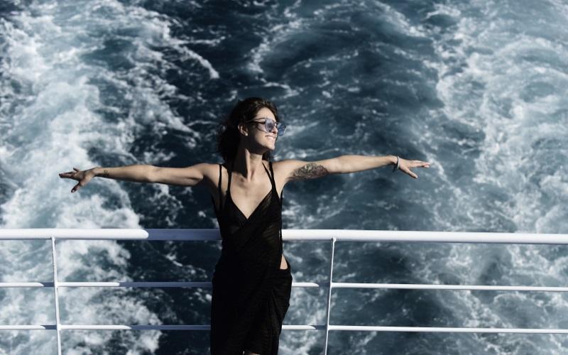 Welcher Kreuzfahrttyp sind sie? Ob diese Dame es am Heck des Schiffs herausfindet?