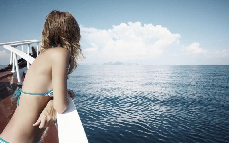 Seetag - Frau entspannt an der Reling
