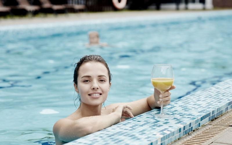 Seetag - Frau entspannt mit Drink im Pool