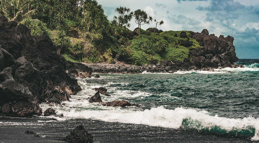 Kein pinker Strand, dafür aber schwarzen Sand gibt es auf Maui