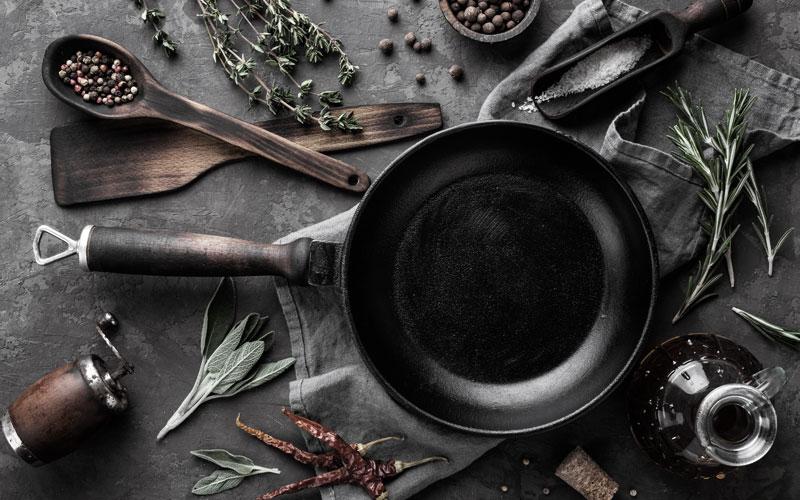 Kochutensilien für kulinarische Kreuzfahrten