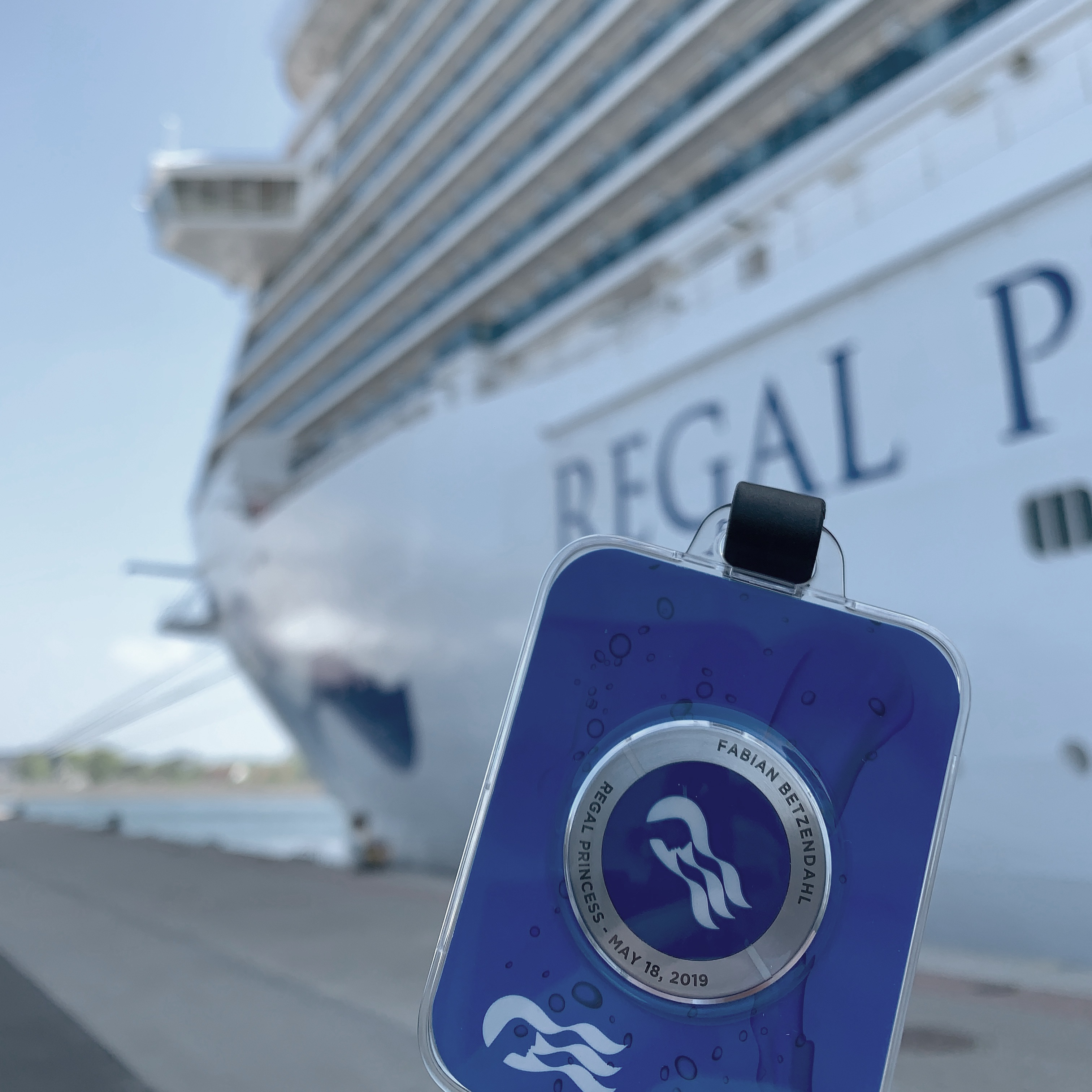 Fabian Betzendahl probiert das Ocean Medallion auf der Regal Princess aus